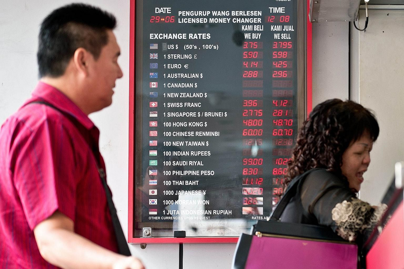 Many Malaysians Stocking Up On Singapore Dollars Us As Ringgit Malaysia Weakens Se Asia News Top Stories The Straits Times