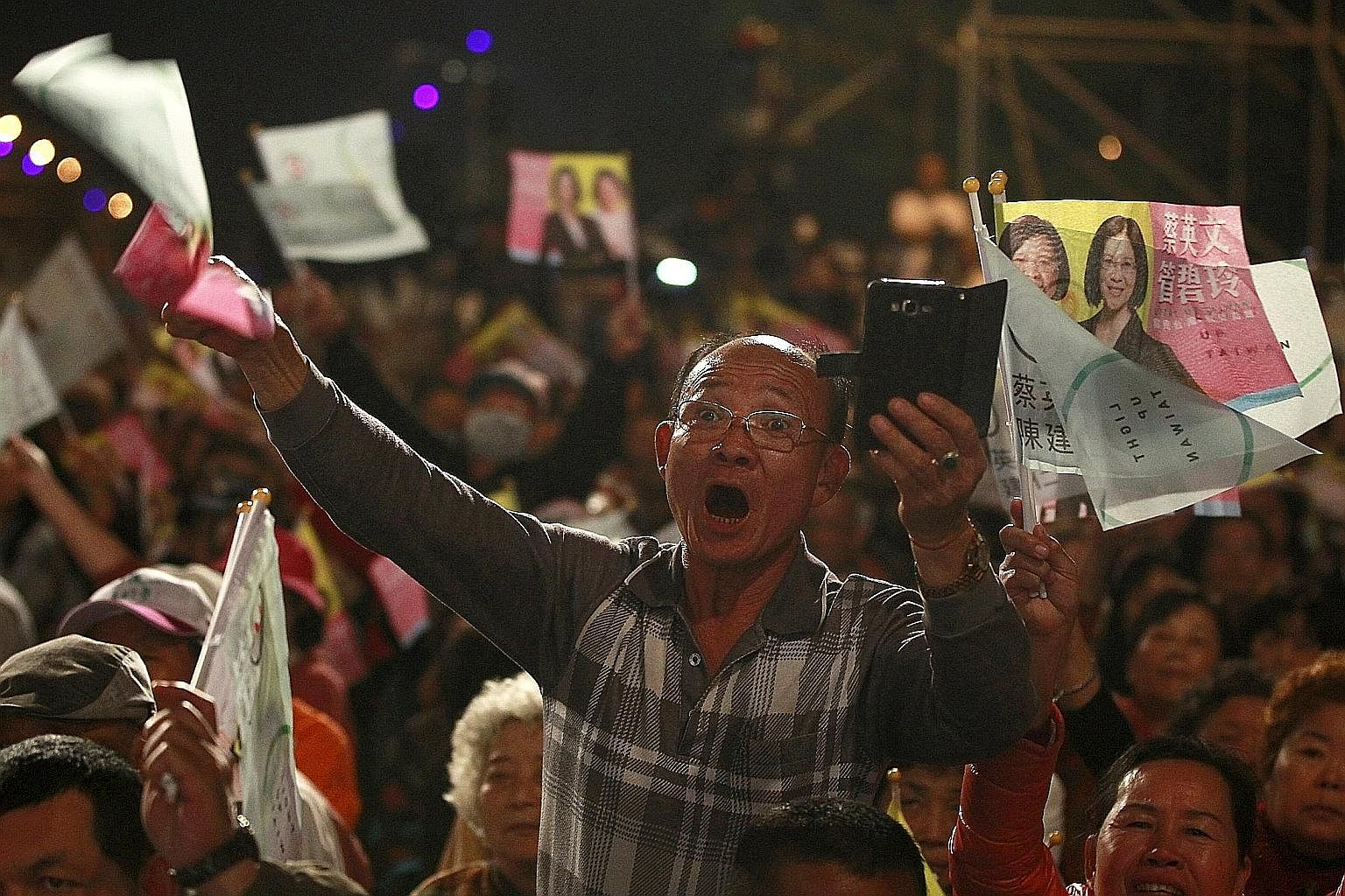 Supporters of DPP presidential candidate Tsai Ing-wen at a campaign rally for the 2016 presidential election in Kaohsiung on Saturday. Ms Tsai has been cautious and moderate in expressing her views so far, possibly for the purpose of garnering votes.
