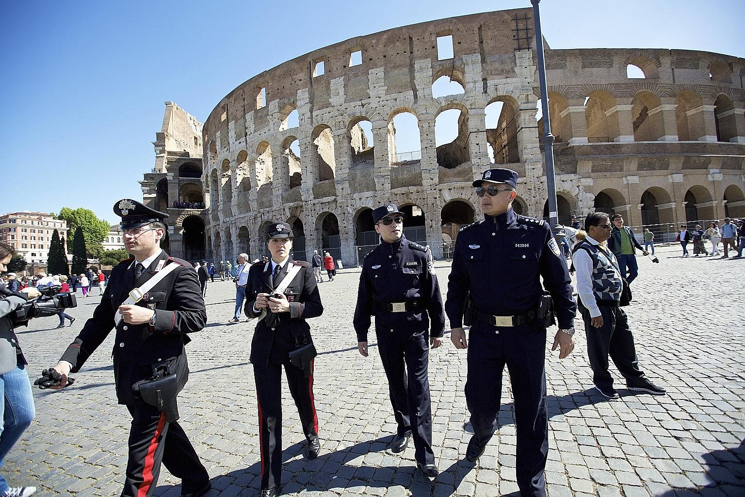 Chinese police officers go on patrol in Italy, Europe News & Top