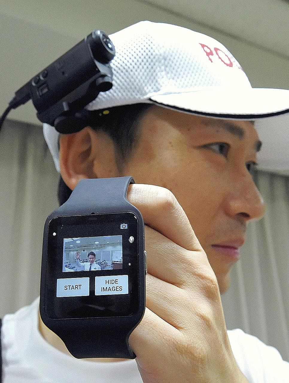 A watch-like device and a camera will be worn by running police during the Tokyo Marathon.