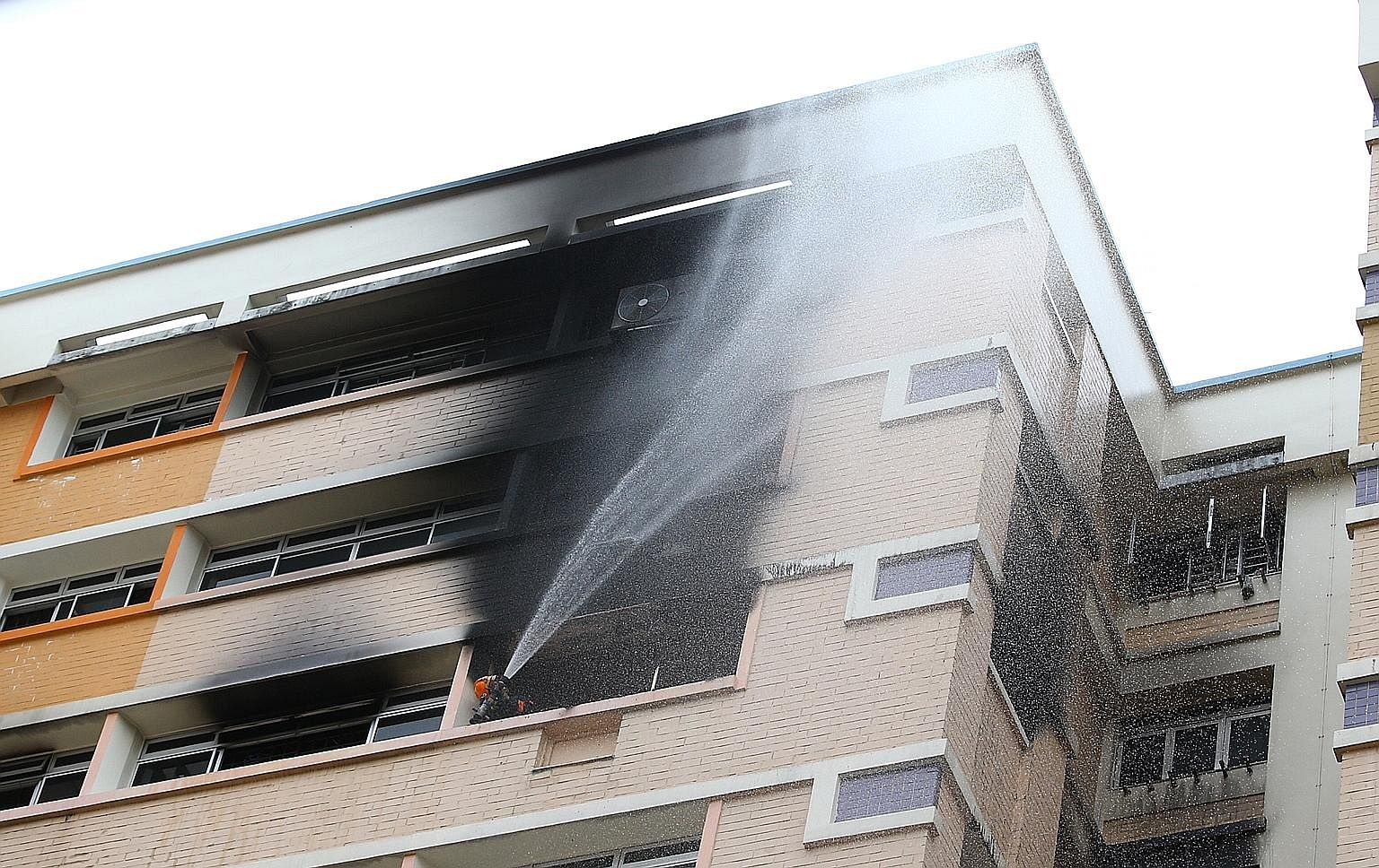 If a neighbouring unit is ablaze and rescuers have not arrived, it is advisable to leave, alert one's neighbours, and evacuate to a refuge floor or to the ground level without using the lifts.