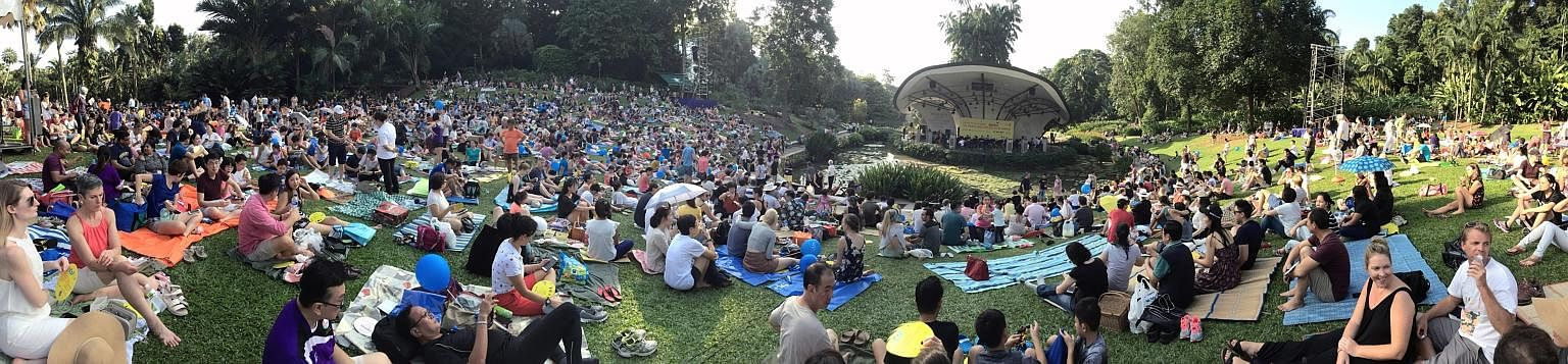 More than 10,000 people filled the entire lawn in front of the Singapore Botanic Gardens' Shaw Foundation Symphony Stage for the hour-long Straits Times Concert in the Gardens. The heat and humidity did not deter concertgoers as they laid out their p