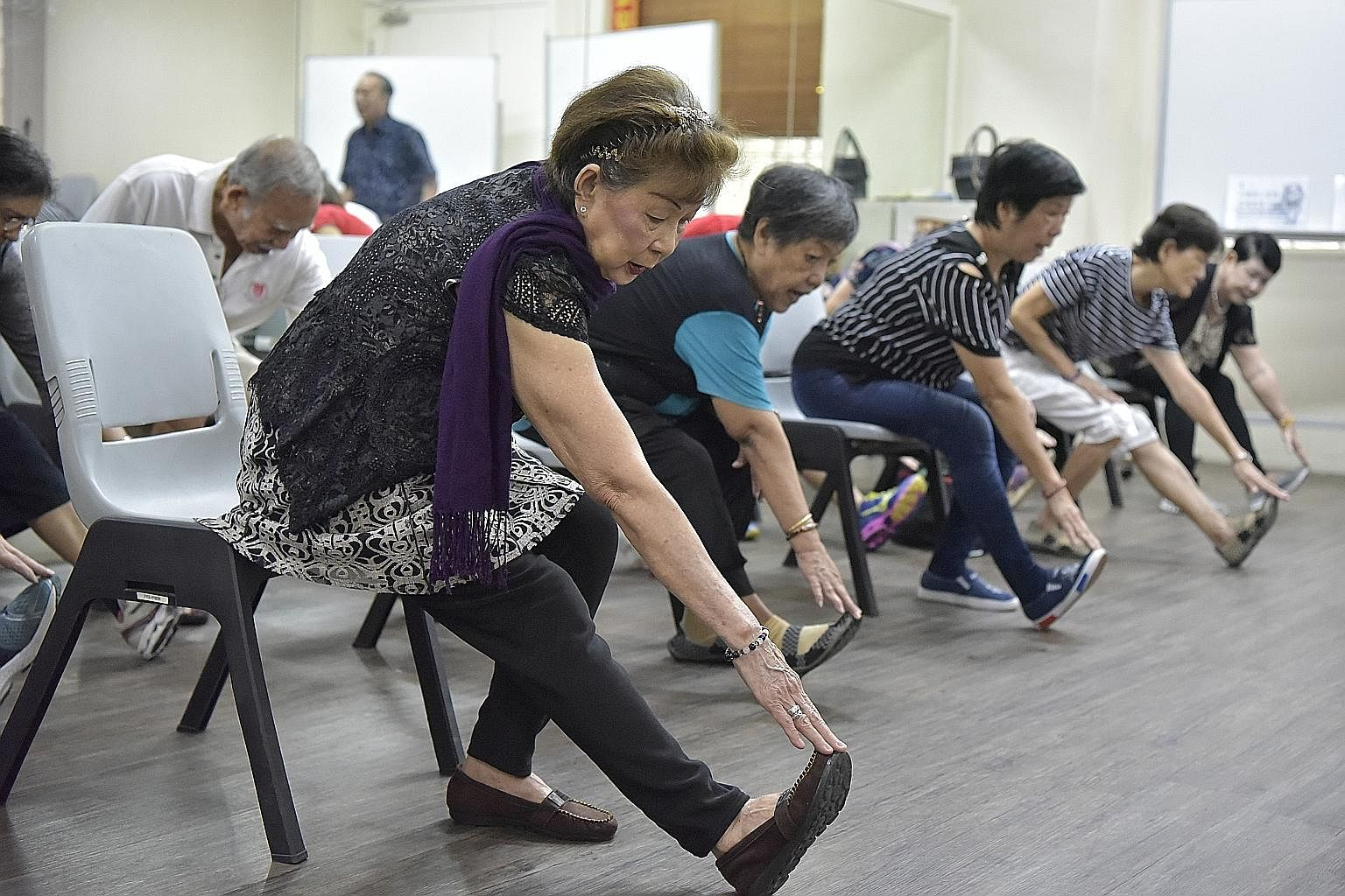"""Retiree Kok Ho Moi (far left), 72, who is classified as """"pre-frail"""", keeps herself nimble by taking part in group exercises at the Choa Chu Kang Fei Yue Retirees Centre."""