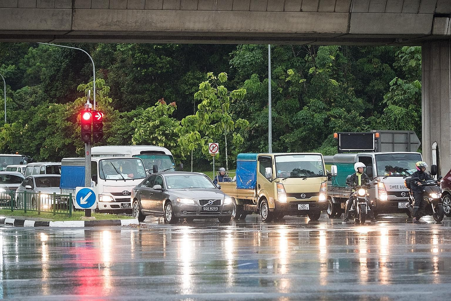 This traffic junction which links Yishun Avenues 1 and 2 and Lentor Avenue was identified by the LTA as an accident-prone spot. Red, amber and green turn-arrow lights were installed to help prevent traffic accidents.
