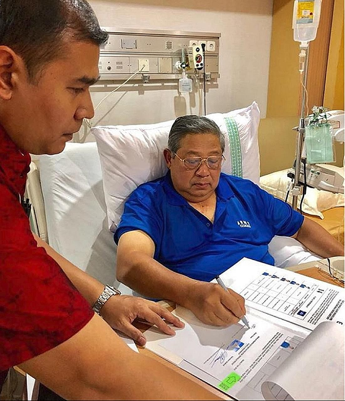 Democratic Party founder and former Indonesian president Susilo Bambang Yudhoyono working from his hospital bed after he was admitted for exhaustion on Tuesday. His meeting with Gerindra Party chief Prabowo last night has been postponed.