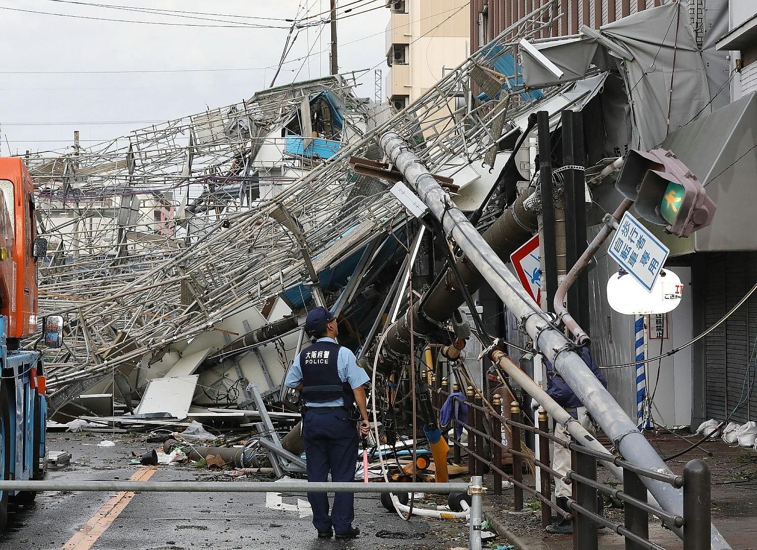 Traffic boards and communication relay poles in Osaka were brought down yesterday by the strong winds caused by Typhoon Jebi. The strongest typhoon to hit Japan in 25 years has killed at least six people and injured more than 160. The storm also caus