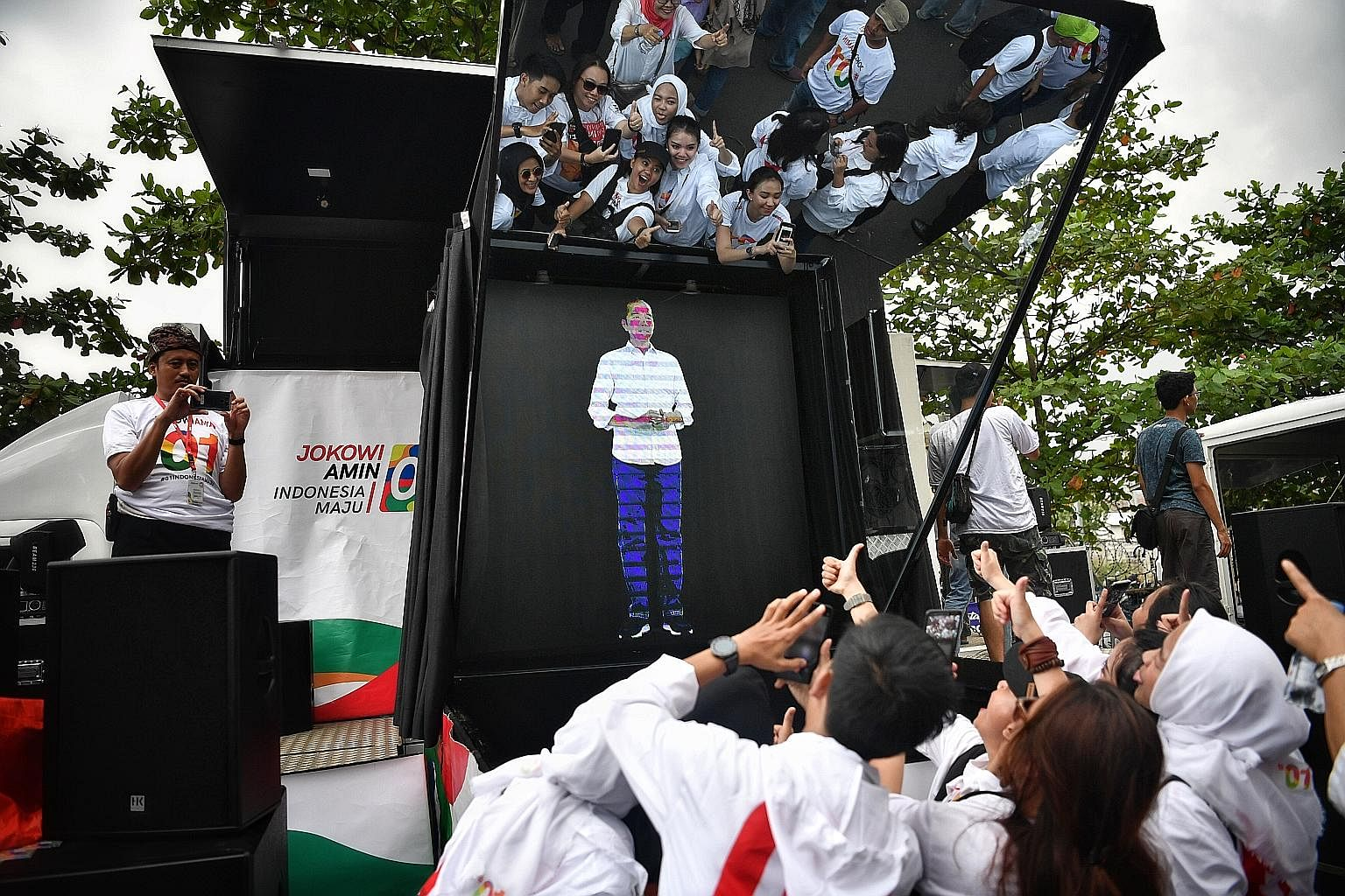 A holographic image of President Joko Widodo at a carnival in Banten province on Sunday. An analysis by consulting group Control Risks indicates that unless something unforeseen undermines his appeal with mainstream Muslim voters, he should be re-ele