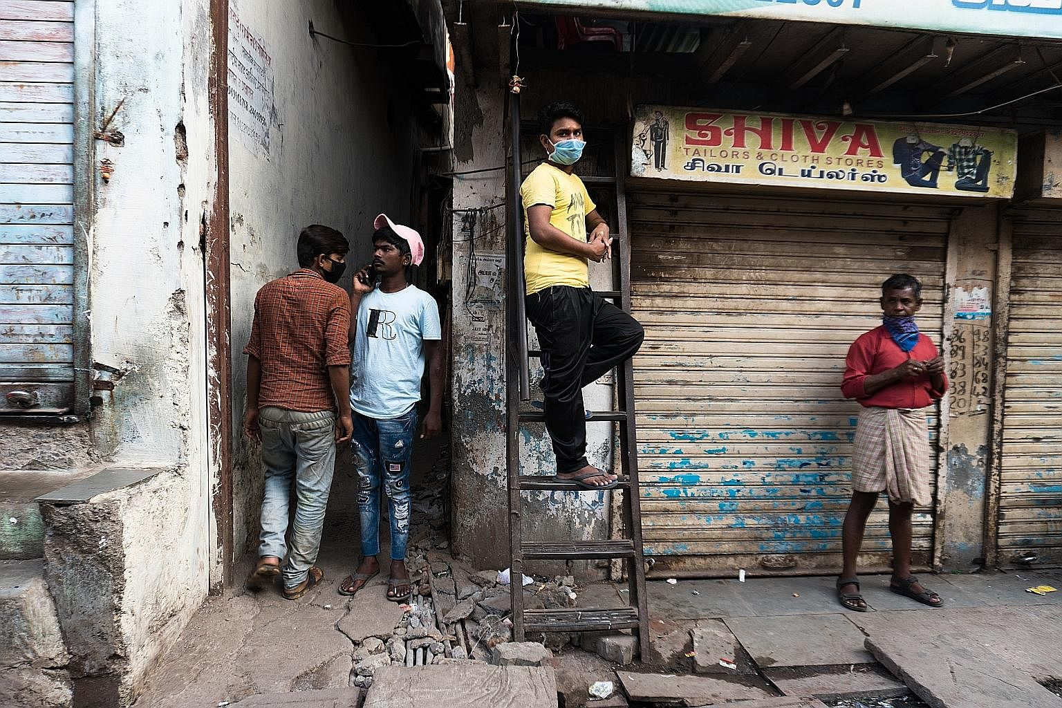 The majority of houses in Dharavi are smaller than 150 sq ft and are home to six occupants on average. Social di