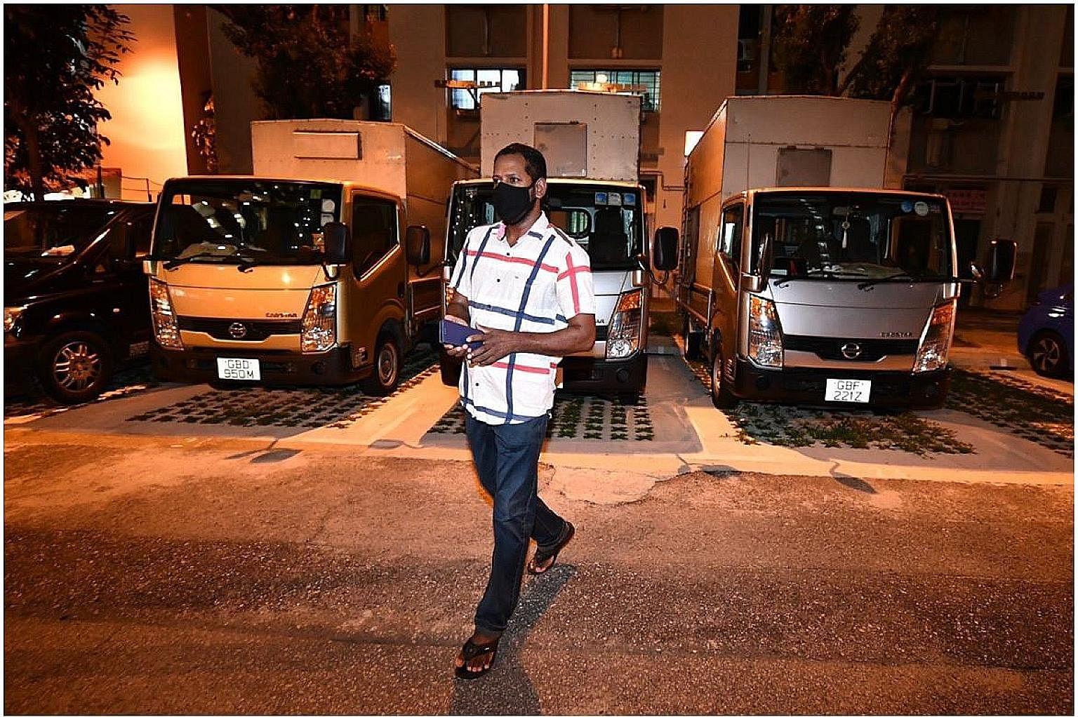 M. Xavier Mathew, 45 ans, qui travaille pour un fleuriste, en route pour faire ses courses après minuit, dès la fin de son avis de séjour. Il est parmi 85 000 travailleurs étrangers séjournant dans des appartements, des hôtels et des copropriétés à la suite de mesures pour contenir le spre