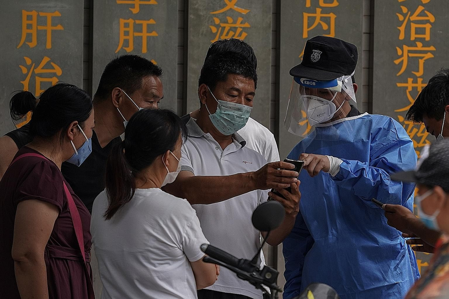 Beijing restricts travel as virus outbreak spreads beyond capital