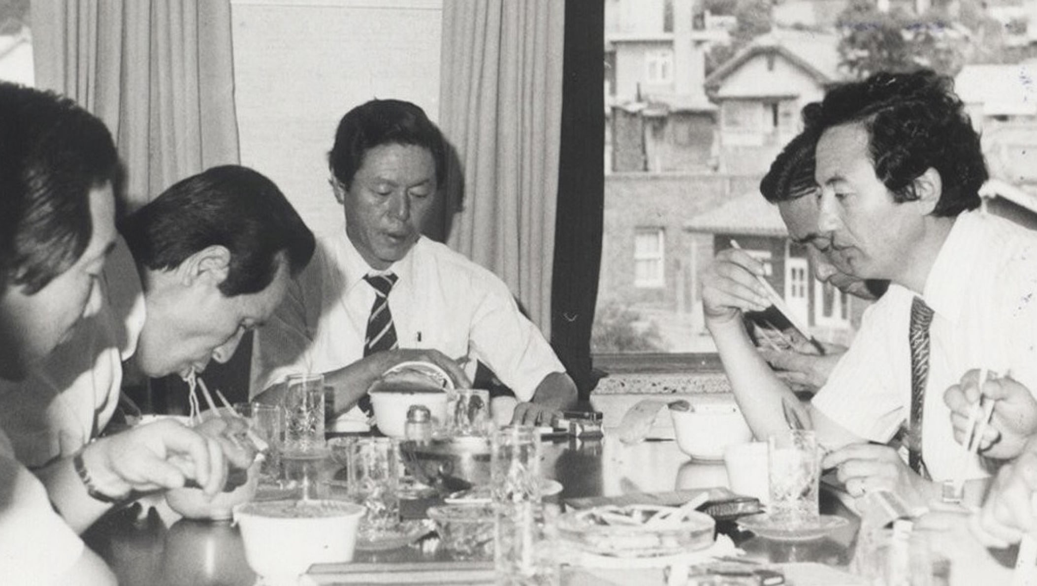 Choon-ho (center) trying out his instant noodles.