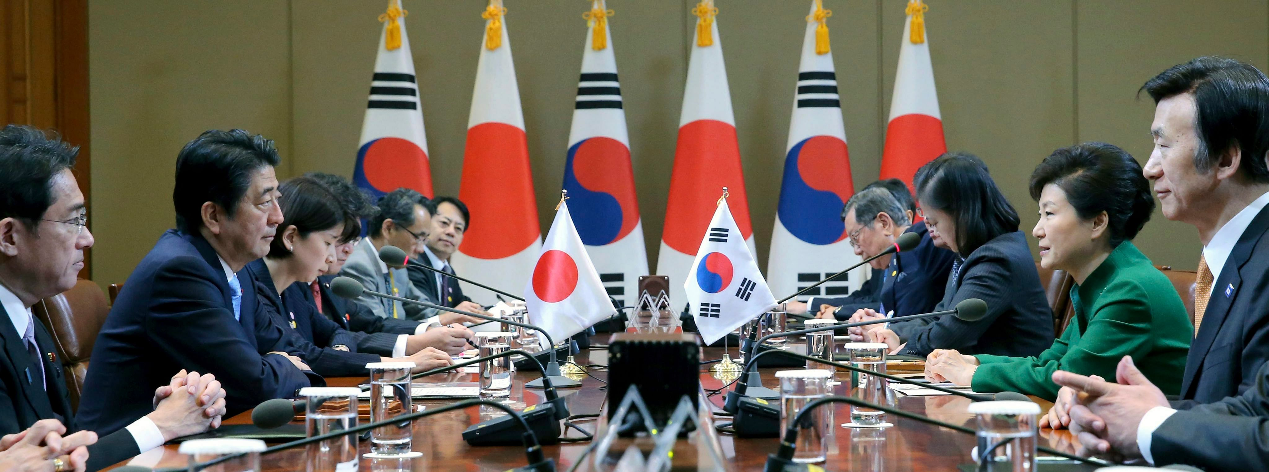 South Korean President Park Geun Hye (second from right) and Japanese Prime Minister Shinzo Abe (left) holding summit talks at the presidential office in Seoul yesterday. The two leaders pledged to accelerate negotiations in regional trade agreements