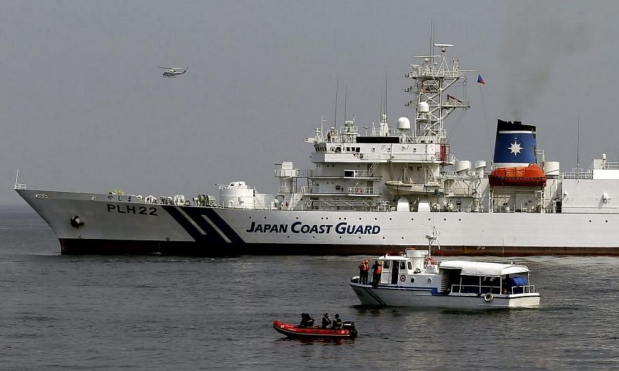 A Japan Coast Guard PLH22 Yashima patrol vessel (topp) and Philippine Coast Guard patrol vessel (bottom) during a simulated rescue operation in Manila bay, Philippines onMay 6,2015. Philippine and Japanese coast guard teams staged an anti