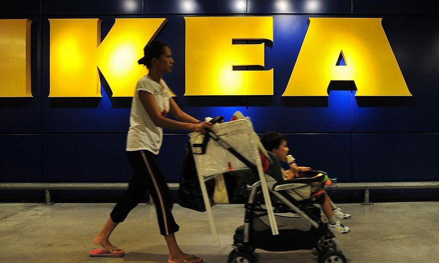 Security guards at Ikea returned a bag that contained more than $20,000 in cash to a grateful customer in an incident that happened last month.-- ST PHOTO:ALPHONSUS CHERN