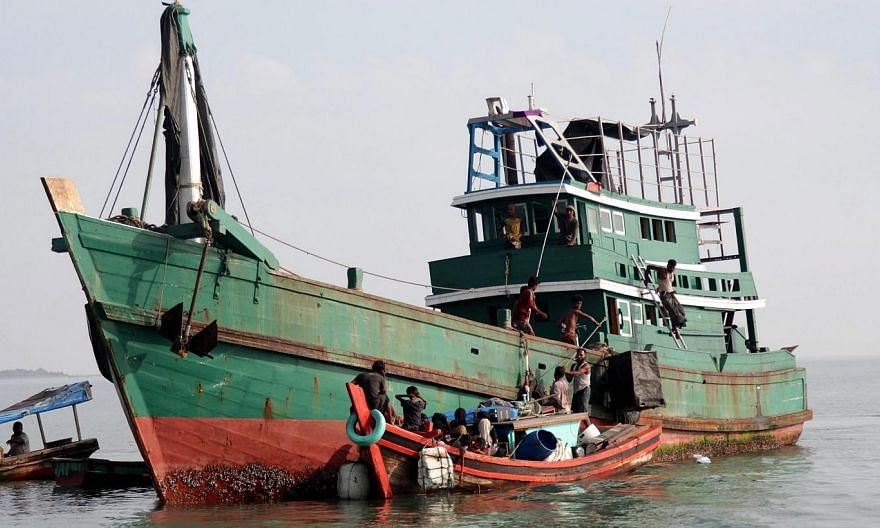 Refugees from Myanmar and Bangladesh being rescued by Aceh fisherman in Julok, East Aceh, Indonesia, on May 20, 2015. Malaysian Prime Minister Najib Razak said on Thursday that he has ordered the navy and the coast guard to conduct search and rescue