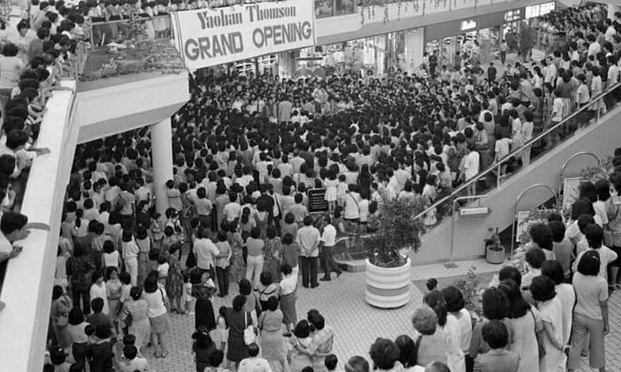 Crowds gathered at therelaunch of Yaohan Thomsonafter its revamp in 1986. -- PHOTO: ST FILE
