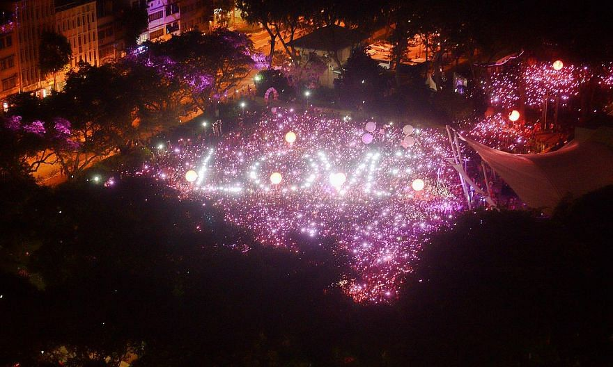 """At 7.45pm, they all came together and held up torches to form the traditional """"pink dot"""". -- ST PHOTO: DESMOND WEE"""