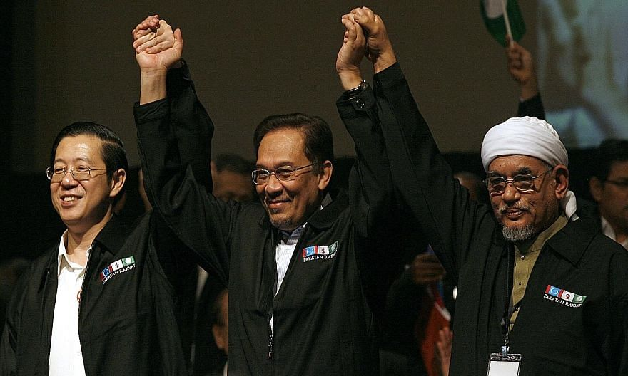 Malaysia's opposition leaders during better times in 2009, when they launched the Pakatan Rakyat alliance. With PKR's de-facto chief, Anwar Ibrahim (centre), behind bars, ties between the DAP's secretary- general Lim Guan Eng (left) and PAS president