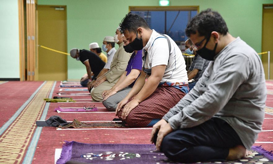 Worshippers at An-Nahdhah Mosque in Bishan participating in the takbir (exaltation and praise of God) yesterday after the congregational maghrib (evening) prayers, marking the beginning of Hari Raya Haji. ST PHOTO: DESMOND WEE
