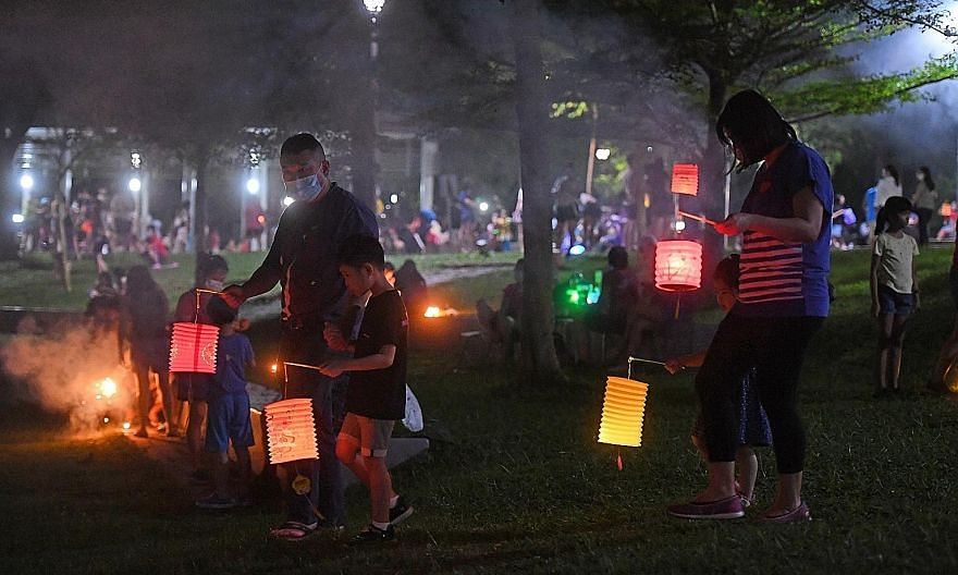 Families were out enjoying the Mid-Autumn Festival last night, not letting the pandemic dim the celebrations as they took a walk through Bishan Park with lanterns aglow. Many also gathered outdoors with friends and family to catch the full moon. The