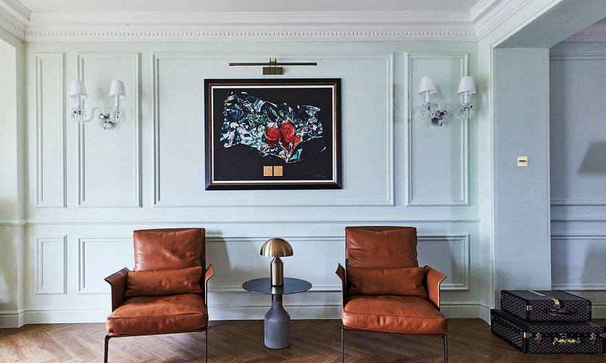 A reproduction of an oil painting by the owner's relative, artist Han Wu-lin, takes centre stage in this spot.