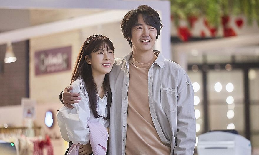In 18 Again, South Korean actor Yoon Sang-hyun plays Hong Dae-young (centre), who encounters his wife Jung Da-jung (actress Kim Ha-neul, left) as his younger self (played by actor Lee Do-hyun, right).