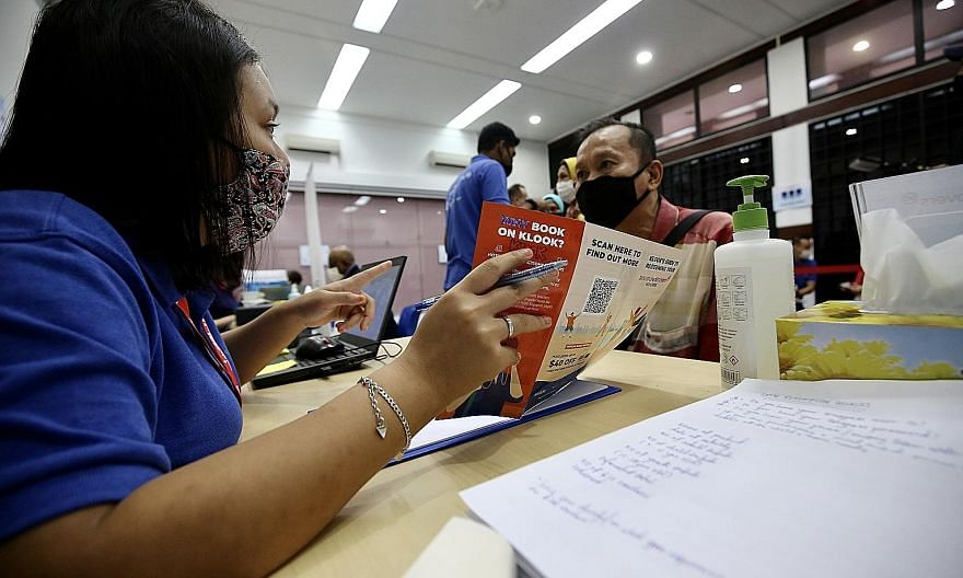 Mr Lee Kwee Sim, 63, was among about 10 to 15 seniors who visited Tiong Bahru Community Centre yesterday to learn how to use the SingapoRediscovers Vouchers. PHOTO: LIANHE ZAOBAO