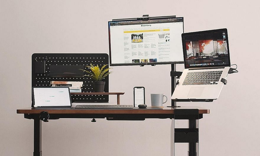 Everdesk+ standing desks have a UniGroove feature (above) that allows you to organise your workspace so you can find what you want, when you want it. You can customise your desk to meet your precise needs.