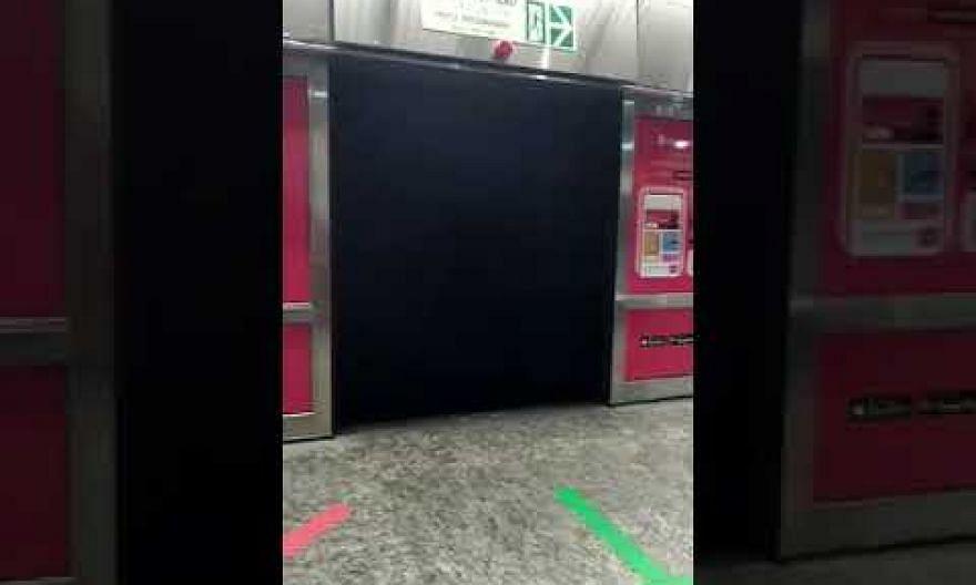 Faulty platform doors at Orchard MRT station