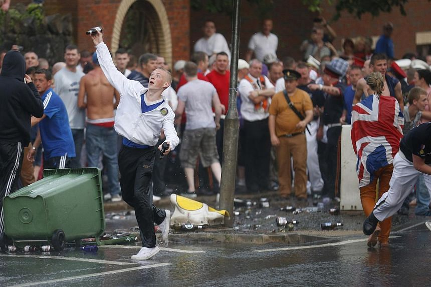 Loyalists attack riot police close to the Ardoyne area of North Belfast, Northern Ireland, on Friday, July 12, 2013. -- PHOTO: AP