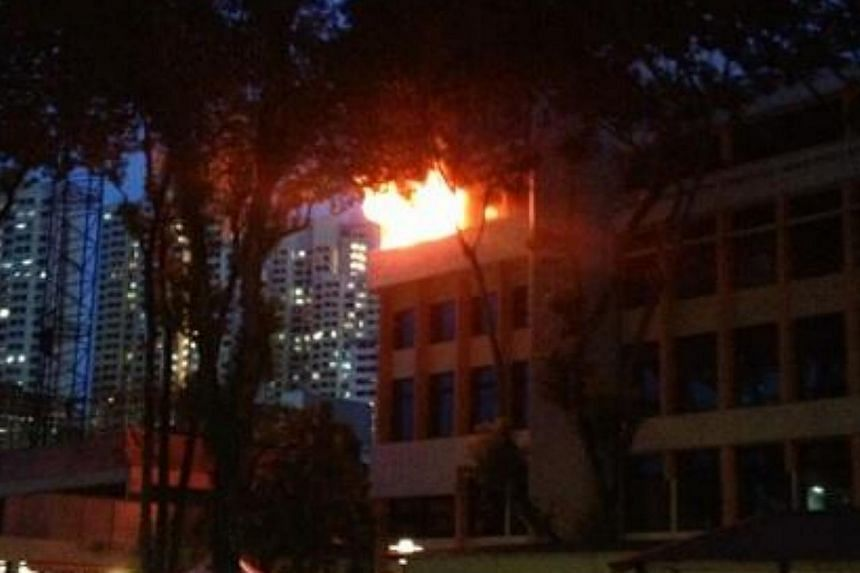 Clouds of black smoke were seen coming out from the campus of Singapore Polytechnic where a fire had broken out, a Singapore Civil Defence Force spokesperson confirmed on Tuesday evening. -- PHOTO: TWITTER OF ENDRU