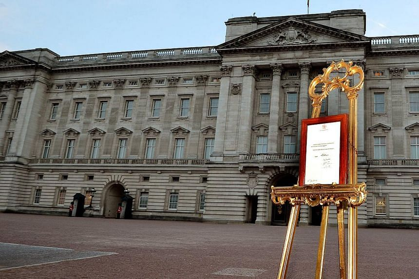 A notice formally announcing the birth of a son to Britain's Prince William and Catherine, Duchess of Cambridge, is placed in the forecourt of Buckingham Palace in central London on July 22, 2013. -- PHOTO: REUTERS