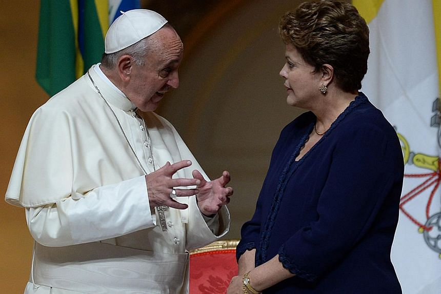 Pope Francis (left) and Brazilian President Dilma Rousseff chat during the welcoming ceremony at the Guanabara Palace, seat of the city's government, in Rio de Janeiro, on July 22, 2013. -- PHOTO: AFP