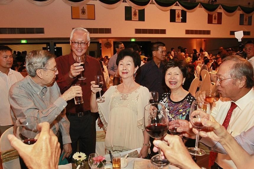 Emeritus Senior Minister Goh Chok Tong (second left) toasts (from left) Mr and Mrs Wee Heng Tin, Mrs Tan Cheng Bock, Dr Tan Cheng Bock, and Mr Lee Keow Siong at the Raffles Homecoming Dinner for alumni on Saturday, July 27, 2013. -- ST PHOTO: KE