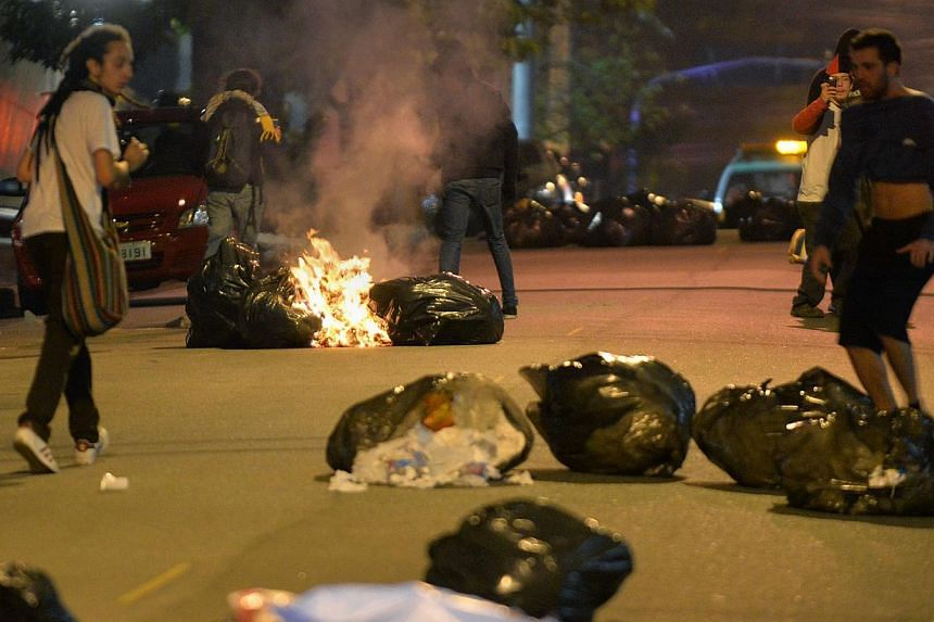 Demonstrators burn garbage during a protest in support of Rio de Janeiro's protests and against Sao Paulo's governor Geraldo Alckmin, on July 30, 2013, in Sao Paulo. -- PHOTO: AFP