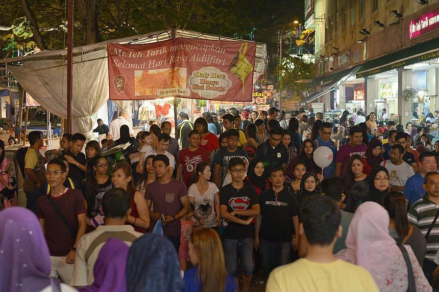The police have advised the public to remain vigilant as they go about shopping, as large crowds are expected at the Geylang Serai Hari Raya Bazaar, especially during the eve of Hari Raya Aidilfitri on Aug 7. -- ST FILE PHOTO: DESMOND WEE