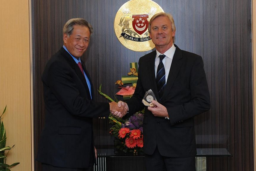 Former director for research and technology in the German Federal Ministry of Defence, Mr Erwin Bernhard (right) , received the Singapore Defence Technology Distinguished Fellowship from Minister for Defence Dr Ng Eng Hen at the Defence Ministry (Min