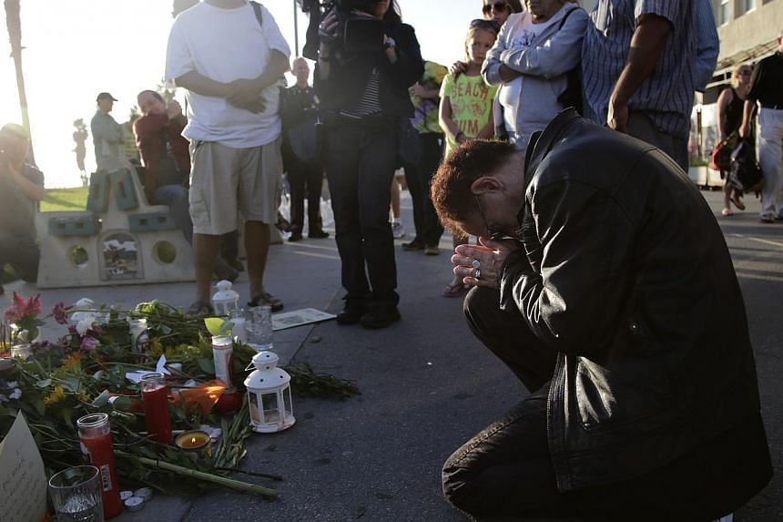 Mr Rishikavi Raghudas prays in front of a makeshift memorial for Italian newlywed Alice Gruppioni on Ocean Front Walk at Venice Beach on Monday, Aug 5, 2013, in Los Angeles. -- PHOTO: AP