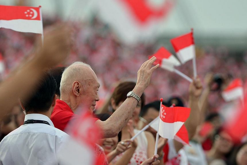 Fromer Prime Minister Lee Kuan Yew waves to the crowd as he arrives. -- ST PHOTO: MUGILAN RAJASEGERAN