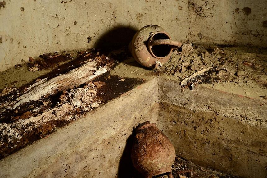 Vases and human bones lie in the family grave of Lisa Gherardini, in Florence's Santissima Annunziata basilica, Italy, on Aug 9, 2013.Researchers opened a centuries-old Florence tomb on Friday in a search for remains that could confirm the id