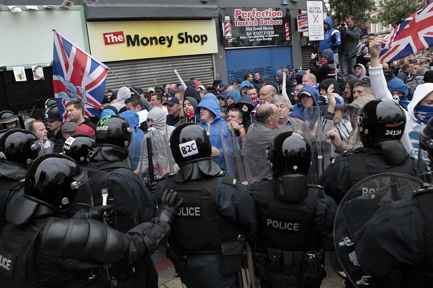 Loyalist protesters clash with riot police in the centre of Belfast, Northern Ireland on Friday, Aug 9, 2013. -- PHOTO: AP