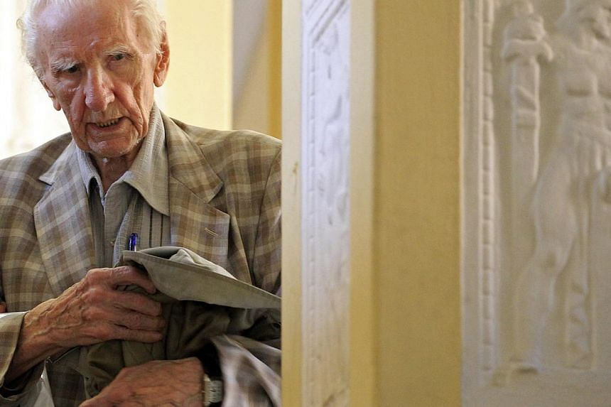 Hungarian Laszlo Csatary leaves the prosecution building in Budapest in this July 18, 2012 file photo. Laszlo Csatari, a 98-year-old Hungarian who topped the Nazi-hunting Simon Wiesenthal Centre's list of alleged Nazi war criminals, has died in hospi