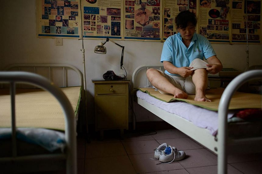 A patient rests after receiving bee stings administered by a doctor of traditional Chinese medicine at a clinic on the outskirts of Beijing on Aug 2, 2013. Patients in China are swarming to acupuncture clinics to be given bee stings to treat or ward