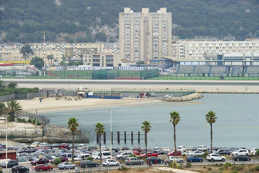 Motorists queue on Aug 13, 2013 at the border crossing between Spain and Gibraltar in La Linea de la Concepcion. -- PHOTO: AFP