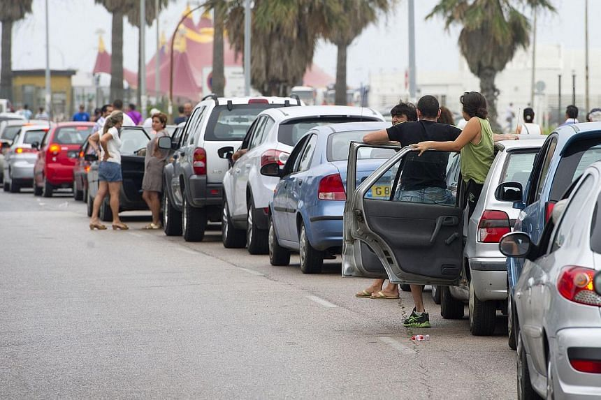 Motorists queue on Aug 13, 2013 at the border crossing between Spain and Gibraltar in La Linea de la Concepcion. Britain on Tuesday said it would lodge a formal complaint with Spain after drivers were subjected to five-hour-long queues to cross into