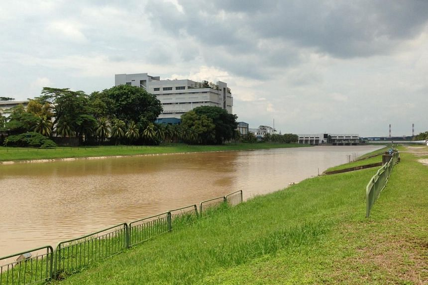 A man's body was recovered by Singapore Civil Defence Force (SCDF) officers from Pandan Reservoir on Thursday morning. -- ST PHOTO: CAROLINE CHIA