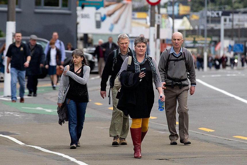 Thousands of workers walk home from the central business district of Wellington as the trains stop working after a 6.5 earthquake hit central New Zealand on Aug 16, 2013. Police said they had received no reports of significant injury or damage. -- PH