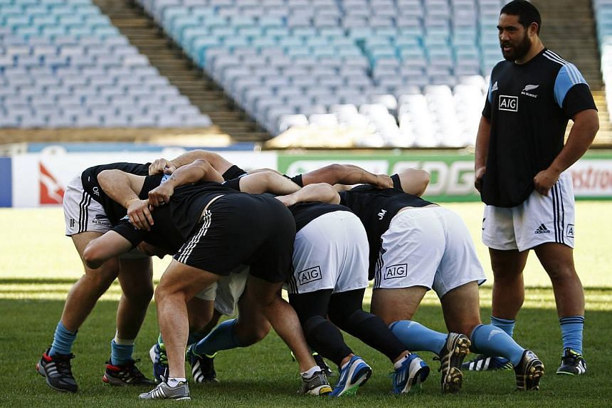 New Zealand All Blacks players practise a scrum as Charlie Faumuina looks on during their team's captain's run in Sydney, Aug 16, 2013. The Rugby Championship could be in for an explosive start on Saturday, when a New Zealand side boasting 874 caps c