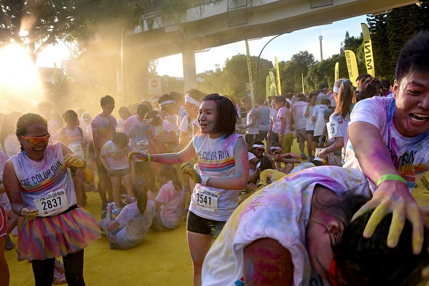 Pictures of participants at The Color Run, held at Sentosa. -- ST PHOTO: NURIA LING