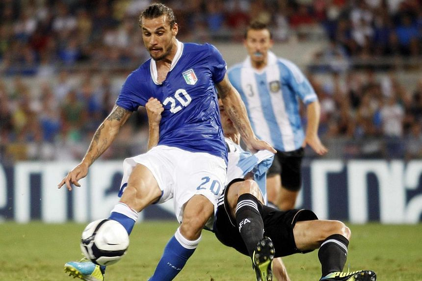 Italy's Daniel Pablo Osvaldo (left) and Argentina's Federico Fernandez fight for the ball during their international friendly soccer match at the Olympic Stadium in Rome Aug 14, 2013. Southampton broke their club record transfer fee on Sunday when th